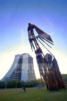 Monumento aos Açorianos é um monumento da cidade de Porto Alegre, em homenagem à chegada, em 1752, dos primeiros sessenta casais açorianos que povoaram a cidade. A obra possui 17m de altura por 24m de comprimento.