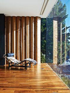 Vidro e ripas de madeira destacam casa em São Francisco – Ideias Diferentes