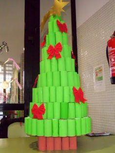 arbol de navidad  materiales:  rollos de papel de bano  tempera  lazos rojos  estrella