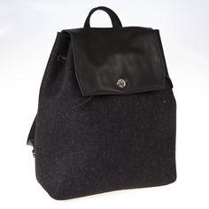 Zaino in feltro e pelle color antracite/nero by @anonimamente. Backpack dal design innovativo, funzionale e glamour.  100% feltro di lana.  Price: 115€