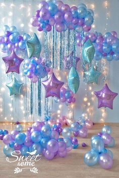 Tips para decorar una fiesta de cumpleaños Frozen. Un photocall precioso para una fiesta temática de frozen. A las niñas les va a encantar sacarse fotos en estos globos celestes y violetas. Perfect backdrop for a frozen themed party. Little girls will love taking pictures ith this ballon photocall.