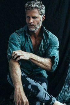 Grey Hair Men Models hair styles for men 25 Ältere Herren Frisuren 2018 Mature Mens Hairstyles, Haircuts For Men, Hairstyles 2018, Beard Styles For Men, Hair And Beard Styles, Barba Grande, Silver Foxes Men, Grey Hair Men, Gray Hair