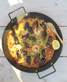 I love paella. It evokes good memories with me. On a sunny terrace in Malaga I ate the best paella ever. Although that of my neighbor is also not wron. Best Paella Recipe, Nautical Food, Tapas, Caribbean Recipes, Caribbean Food, Good Food, Yummy Food, One Pot Dishes, Fabulous Foods