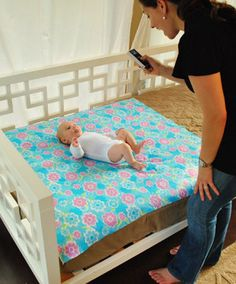 This video describes how to take weekly/monthly photos of your baby.
