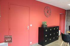 Rénovation et décoration à Lamballe (auto-école), décoration auto-école, mur rouge, décoration rouge, ambiance industrielle