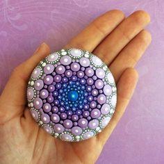 Basteln mit Steinen blau-lila Mandala bemalte Steine