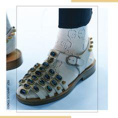 calçados altamente ornamentados com pedrarias, tachas, correntes, grandes fivelas. Entre as marcas que apostaram no hit na Semana de Moda de Milão está a Gucci, que desfilou esta sandália pra quem não tem medo de chamar atenção. High Tops, High Top Sneakers, Gucci, Shoes, Fashion, Chains, Moda, Zapatos, Shoes Outlet
