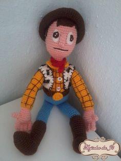 Boneco do Xerife Woody feito artesanalmente em crochê.