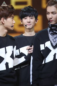 Yes I know Chanyeol is in the back but did anyone notice how Suho and Kris are looking at each other? Lol <It honestly looks like Chanyeol did something bad and the parents are deciding on the punishment and Chanyeol knows he's screwed. Baekyeol, Chanbaek, Exo Chanyeol, 2ne1, Btob, Tvxq, 5 Years With Exo, Exo 12, Kim Jong Dae