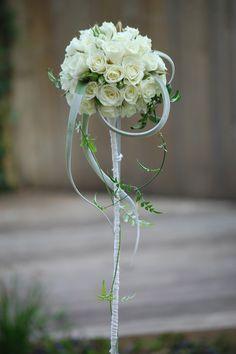 Romantisch trouwboeket witte trosroosjes en strak handvat