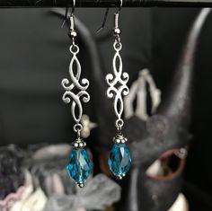 boucles d'oreilles celtique - elfique - cristal bleu - noeud - romantique par Stormglitter sur Etsy https://www.etsy.com/fr/listing/571544431/boucles-doreilles-celtique-elfique