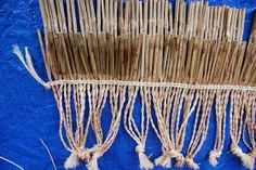 Steps in making a Piupiu Photo: Michelle Mayn A piupiu is a skirt made from the leaves of the New Zealand flax, worn by Māori on ce. Flax Weaving, Basket Weaving, New Zealand Flax, Maori Patterns, Finger Weaving, Flax Fiber, Maori Designs, Hand Lines, Old Towels