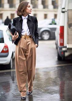 As queridinhas pantalonas não ficam de fora do office look de inverno, e ajudam na hora de usar um sapato aberto sem deixar o pé tão exposto ao frio. O blazer de veludo molhado também é ideal para a estação. it-girl - calça-caramelo-camisa - pantalona - inverno - office-look