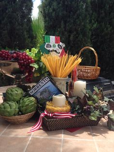 Italian themed decor for Italy party Italian Table Decorations, Italian Centerpieces, Dinner Party Decorations, Dinner Themes, Mafia Party, Italian Themed Parties, La Trattoria, Italian Bistro, Italian Night