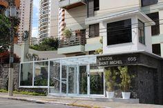 Condomínio Residencial Vila Mariana. Retrofit de fachada. Construção de clausuras com fechamento em estrutura metálica e vidro, garantindo a segurança do edifício, juntamente com o embelezamento do mesmo.