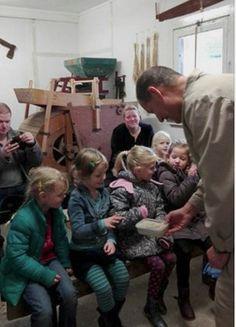 Kleuters bezoeken de Kekerdomse molen.... - Sint Martinusschool Millingen aan de Rijn |  Dank jullie wel, enthousiaste molenaars Rob en René!  We hebben veel geleerd over de werking van de molen. En natuurlijk ook nog erg bedankt voor het meel waar we volgende week weer koekjes van gaan bakken!! 