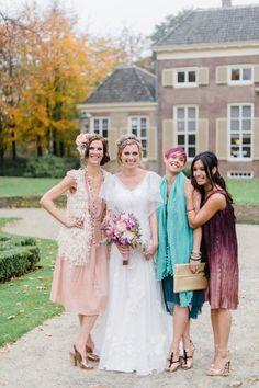 Fotoshoot met je vriendinnen! #bloemen #bruiloft #trouwen #bruid #bruidsmeisjes #vriendinnen #bohemian #chic #festival #bruidsboeket #outdoor #buitenbruiloft #wedding #bride #bridsmaids Vriendinnen momentje: vier jullie vriendschap met een bohemian bridal shoot | ThePerfectWedding.nl | Fotografie: Alexandra Vonk Photography