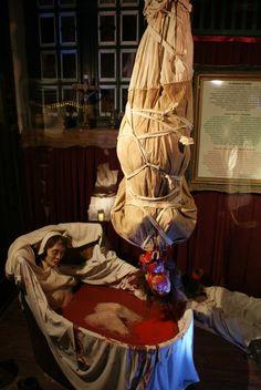 Erzsébet Báthory dans son bain. Arte Horror, Horror Art, Horror Movies, Dark Fantasy, Fantasy Art, Creepy, Scary, Elizabeth Bathory, Pale Horse