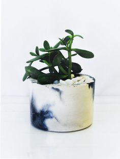 Round marbled planter