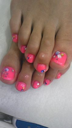 pedicure - nail art - Okay am I the only one who was completely distracted from the nail art by the really gross thing on her 2nd toe nuckle??