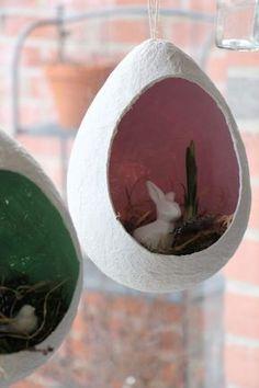 Fensterdeko Ostern: Bastelidee für Klopapier Ostereier. Die Ostereier aus Klopapier sind eine kreative Ostern Deko. Sie sind eine Bastelidee für Kinder, da sie eine ganz einfache Bastelidee sind. Die Pappmaschee Eier werden lediglich aus Klopapier, Wasser und Luftballons hergestellt.