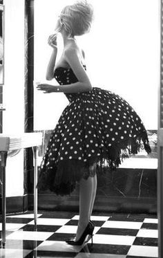 Gorgeous... If only I could dress like this everyday! Someone should throw a 50's party sometime soon !