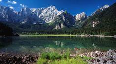La conca dei laghi di Fusine è uno dei luoghi più affascinanti della regione. I laghi di origine glaciale sono posti alla base della catena montuosa del Gruppo del monte Mangart.
