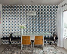 A área de jantar fica totalmente integrada à sala. tem como destaque o painel de ladrilhos hidráulicos com estampa geométrica