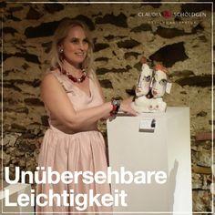 So leicht kann es sein, einzigartige Größe in Szene zu setzen. Das unglaubliche Schmuckerlebnis von Claudia Schöldgen verbindet einzigartige Größe mit besonderer Leichtigkeit. Schmuckdesign überzeugend selbstbewusst, leicht zu finden in der Galerie 10er-Haus und im 10er-Haus Onlineshop. #schmuckdesign #modernerschmuck #halsschmuck #ohrschmuck #ohrringe #ohrclips #halskette #armschmuck #armkette #großerschmuck Jewellery Designs, Scene, Ear Piercings, House