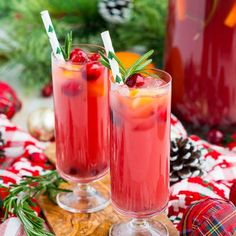 Christmas Punch (Alcoholic or Not) Christmas Punch is an easy and delicious holiday party drink packed with fruits like cranberries, oranges, and pomegranates. Keep it non-alcoholic or add rum or vodka for extra holiday spirit! Christmas Drinks Alcohol, Christmas Party Drinks, Christmas Brunch, Holiday Cocktails, Italian Christmas, Retro Christmas, Christmas Cards, Xmas, Christmas Breakfast