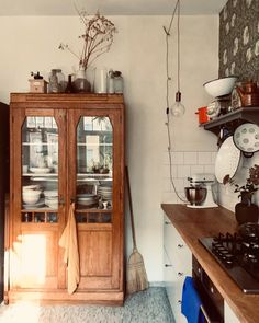 my scandinavian home: A Warm and Relaxed Artists Home Full of Vintage Finds Old Kitchen, Rustic Kitchen, Vintage Room, Scandinavian Home, Inspired Homes, Kitchen Interior, Country Decor, Interior Inspiration, Home Kitchens