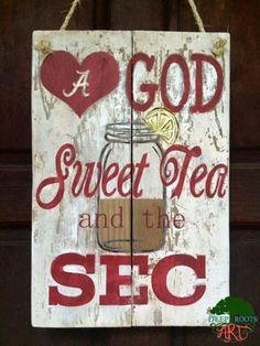 University of Alabama Love God, Sweet Tea, and the SEC pallet sign/ door hanger… Alabama Crafts, Alabama Decor, Sweet Home Alabama, Alabama Wreaths, Alabama Baby, Wooden Pallet Crafts, Pallet Art, Pallet Signs, Wood Crafts