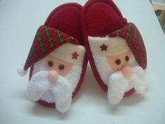 pantuflas para navidad niños - Buscar con Google Christmas Sewing, Felt Christmas, Handmade Christmas, Christmas Crafts, Xmas, Christmas Ornaments, Clothing Store Displays, Hello Kitty Coloring, Felt Crafts Patterns