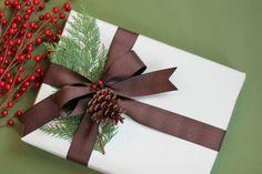 geschenke verpacken geschenk verpacken geschenke schön verpacken geschenk biene braun gruen winterlich