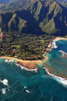 Hawaii | USA | Travel | Destinations | Small Towns | Nature | Beautiful Places | Kauai | Beach Towns | Hanalei | Hanalei Bay | Places To Go | Remote Towns | Amazing Places #TravelDestinationsUsaHawaii
