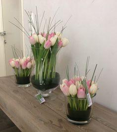 Bloemencompositie met tulpen