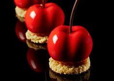 La Ciliegia di Emmanuele Forcone: Crema tutta frutta ciliegia e lampone, gelatina di lampone e ciligia, glassa rossa lucida, crema mascarpone e mandorle, streusel mandorla e agrumi