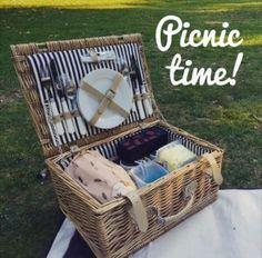 Der Inbegriff einer romantischen Geschenkidee: Ein Picknick unter freiem Himmel! Ein tolles Beispiel dafür, dass es bei Romantik nicht immer um Materielles gehen muss. Denn bei einem romantischen Picknick gilt: Große Wirkung bei kleinem Einsatz. Die Geschenkidee und einen passenden Picknickkorb findet ihr unter http://ohphoria.de/Geschenkideen/picknickkorb/ #bringjoytogiving