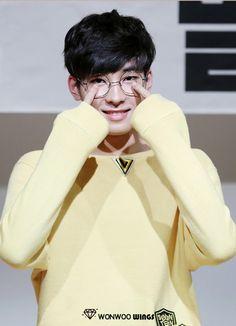 Wonwoo in glasses is the best thing ever Hip Hop, Woozi, Jeonghan, K Pop, Rapper, Mingyu Seventeen, Seventeen Wallpapers, Drama, Pledis 17