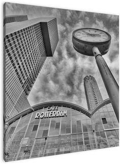 Café Rotterdam zwart-wit De 44 verdiepingen hebben een totaaloppervlak van circa 160 000 m², waarmee dit het grootste gebouw zal zijn dat ooit in Nederland heeft gestaan. Het is daarin de opvolger van het Groot Handelsgebouw dat sinds 1953 het grootste was qua vloeroppervlak. Door het grote aantal verdiepingen beslaat De Rotterdam echter veel minder grond, ongeveer een groot voetbalveld.