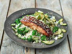 Jamies Aziatische zalm met broccoli, zoetzure komkommer en rijst