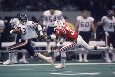 1985 Super Bowl ~ The game itself was a laugher. Chicago took a first quarter lead and never looked back. In this photo, Willie Gault jets past Patriots cornerback Fred Marion as he catches a long pass from McMahon. 1985 Chicago Bears, Bear Photos, Super Bowl, Nfl, Football, Jets, Patriots, Bowls, Sports