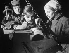 "Today in History: DECEMBER 22 <<=>> 1965: Doctor Zhivago Premieres in New York  <=> ""Doctor Zhivago"" based on the novel by Boris Pasternak, directed by David Lean and starring Omar Sharif and Julie Christie premieres in NYC. © MGM Studios/Archive Photos/Getty Images"
