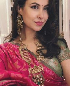 18 Ideas for how to wear necklaces wardrobes Indian Wedding Gowns, Indian Bridal Fashion, Indian Wedding Jewelry, Indian Dresses, Indian Jewelry, Bridal Jewellery, Gold Jewellery, Indian Beauty Saree, Indian Designer Wear