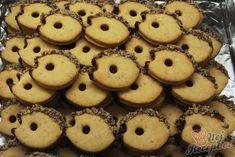 Arašídový ježek - top vánoční cukroví | NejRecept.cz Doughnut, Cookies, Stollen, Food, Top Recipes, Ginger Beard, Biscuits, Homemade, Food Food