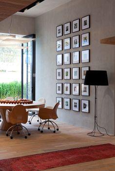 Pequenos quadros com passepartout e molduras iguais no projeto de Olegário de Sá e Gilberto Cioni para a Casa Cor 2013.