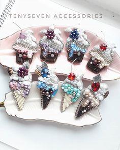 Тот случай,когда не можешь выбрать самую красивую))))листай,и пиши в комментариях, какая больше всего нравится)))нам важно твоё мнение)🙏😊… Crystal Brooch, Beaded Brooch, Diy Jewelry, Beaded Jewelry, Handmade Jewelry, Bead Embroidery Jewelry, Beaded Embroidery, Beadwork Designs, Diy Hair Bows