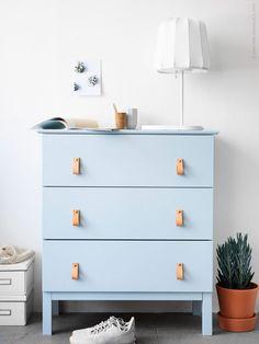 Byrån TARVA i massiv obehandlad furu är en favorit om man vill sätta sin egen prägel med ett DIY. Här valde vi att måla den i en sommarljus blå färg och till det handtag i naturläder för en modern men naturlig look.