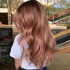 Cheveux long : We're here for this perfect shade of rose gold, created by with the magic formula below… 💯 . FORMULA:… Cheveux long : Were here for this perfect shade of rose gold created by with the magic formula below . Gold Hair Colors, Ombre Hair Color, Rose Hair Color, Rose Pink Hair, Long Ombre Hair, Rose Golf Hair, Dusty Rose Hair, Light Pink Hair, Peach Hair