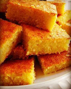 Bolo de milho verde. ↪2 copos de milho verde ↪2 copos de açúcar ↪2 copos de leite ↪4 ovos ↪1 copo de trigo ↪1 colhere de sopa de fermento ↪1 colher de manteiga ↪1 pitada de sal. PREPARO: Junte o milho verde, o açúcar e o leite. Bata no liqüidificador por 3 minutos.  Acrescente aos poucos os ovos, a manteiga, a farinha de trigo e o sal, bata por mais alguns minutos até ficar homogêneo. Por último acrescente o fermento em pó  e bata por mais 1 minuto. Leve ao forno moderado em forma untad...
